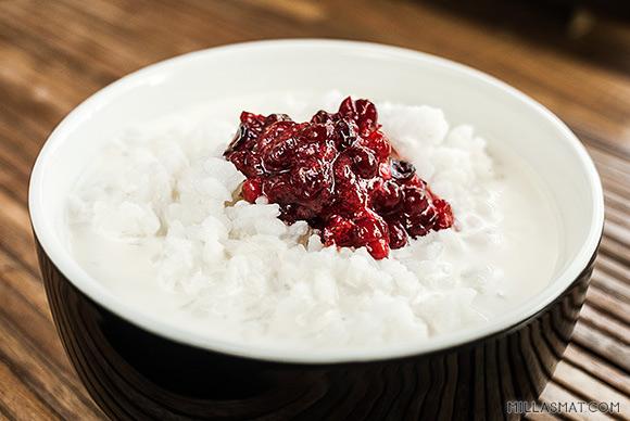 Avkokt ris med fløtemelk og tyttebær
