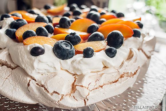 Pasjonsfrukt / Fersken & blåbær Pavlova
