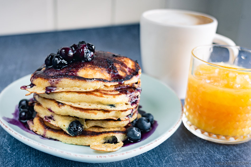 Blue bluberrypancakes with blueberrysyrup