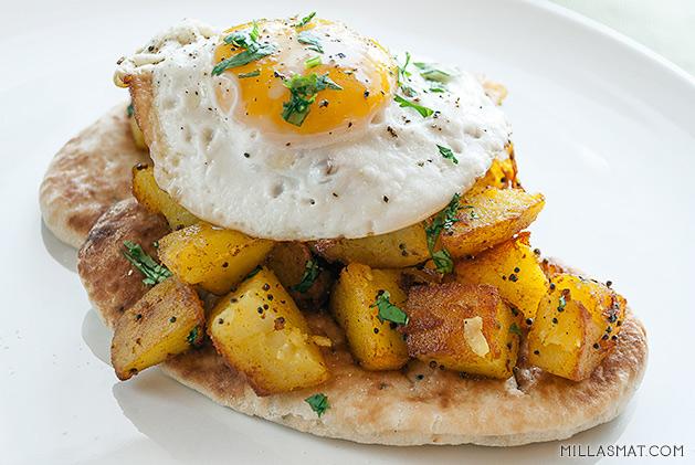 Min indiske vegetarfrokost :: aloo, naan og egg