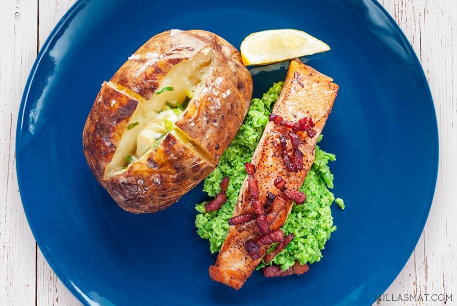 Baconstekt laks med ertepure og bakt potet med gressløksmør