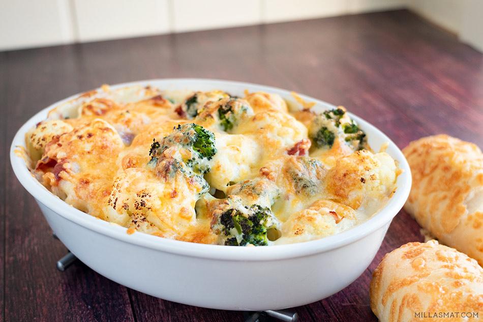 Blomkål og broccolibake med skinke og bechamel