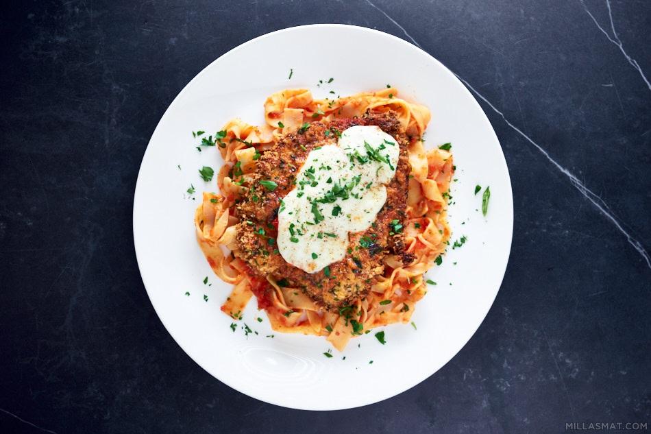 Chicken Parma con Pappardelle