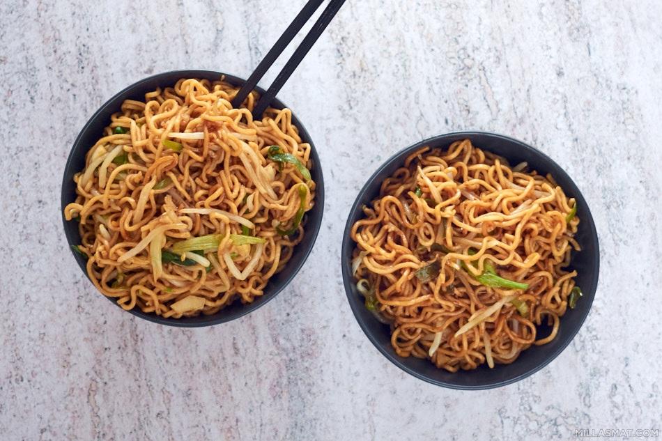 Chow Mein med friske bønnespirer og vårløk
