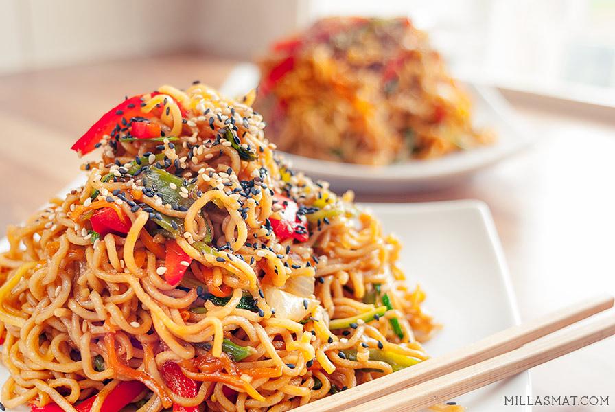 Chow mein med grønnsaker :: kinesisk stirfry