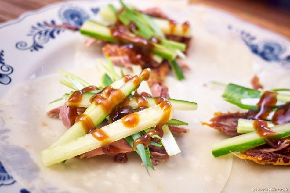 Pekingand med kinesiske pannekaker og hoisinsaus