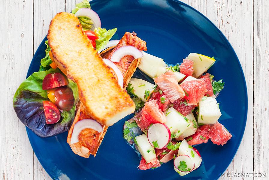 Grillet fiskesandwich med sitrussalat