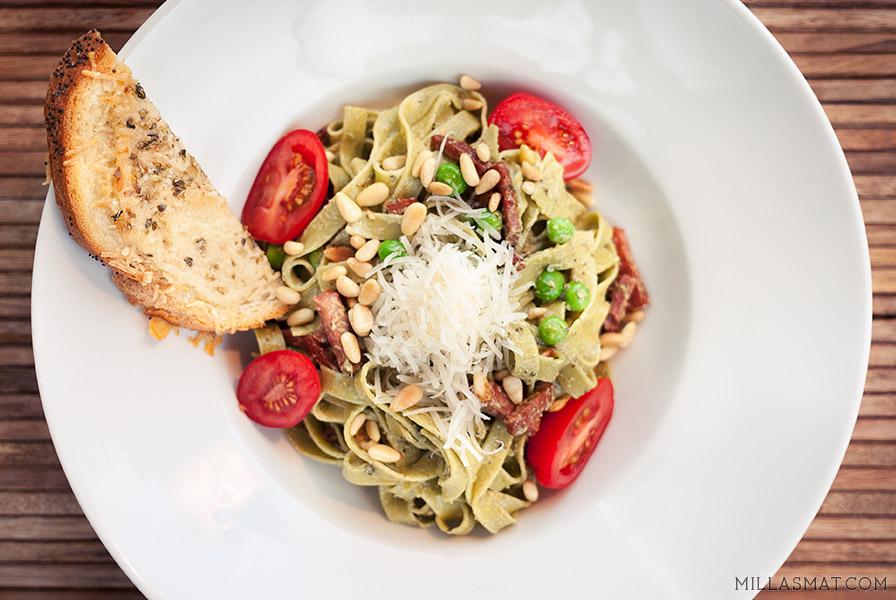 Grønn pasta med petit pois, røkt skinke og hvitløkscrostini