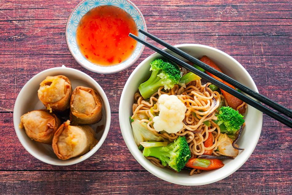 Grønne grønnsaker og fullkornsnudler med kinesisk woksaus