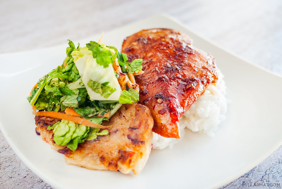 Koreansk soyaglasert kylling med mini kimchipannekaker og urtesalat