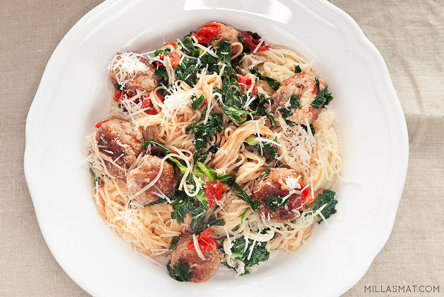 Linguini med grønnkål, cherrytomater og Mamas kjøttboller
