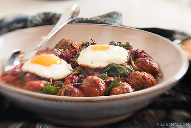 Marokkanske kjøttboller i tomatsaus med spinat og egg
