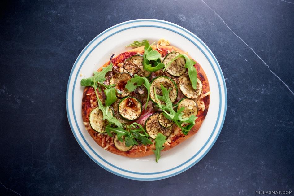 Naan pizza med squash og ruccola