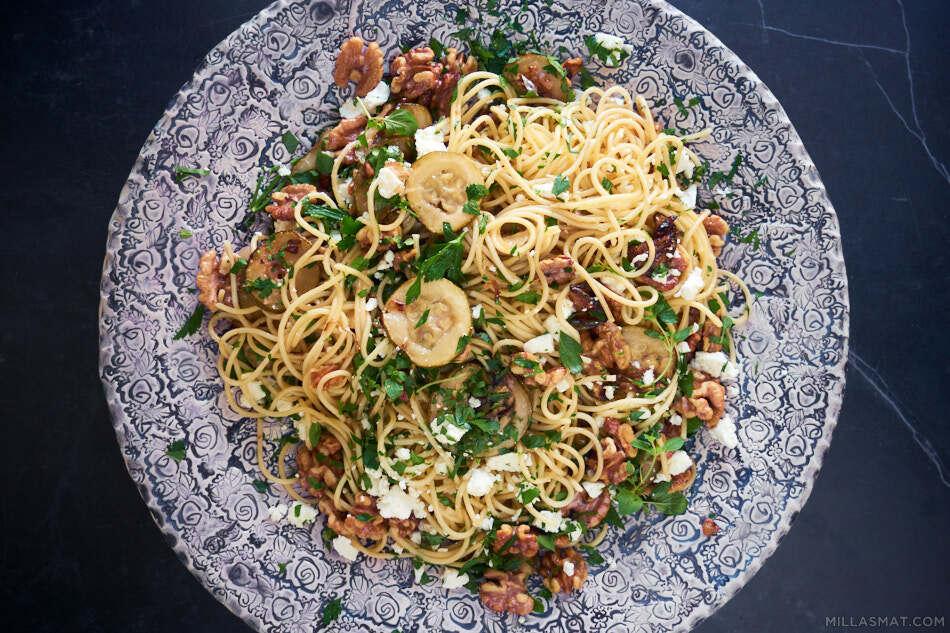 Pasta med zucchini, sitron, valnøtter og feta