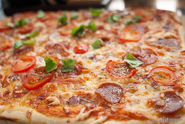 Pizza con peperoni e prosciutto :: peppernoni og skinke