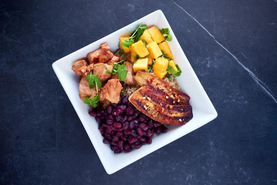 Quinoabolle med mangosalsa, kylling og stekt chilibanan