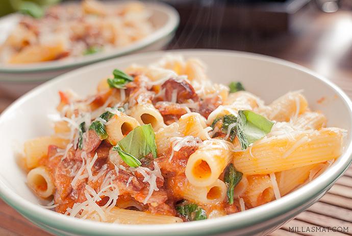 Rigatoni med pølse og tomatsaus