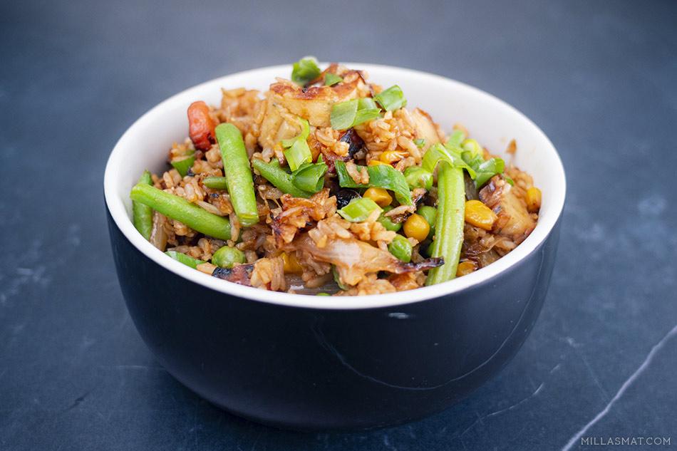 Stekt ris med strimlede fiskekaker