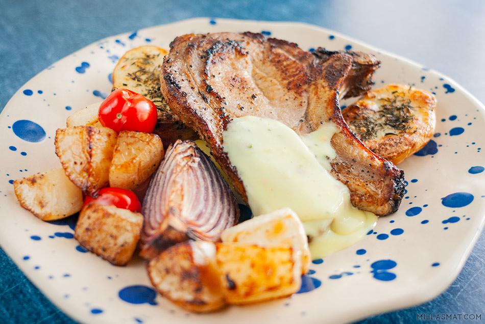 Svinekoteletter med sommergrønnsaker og chilibernaise