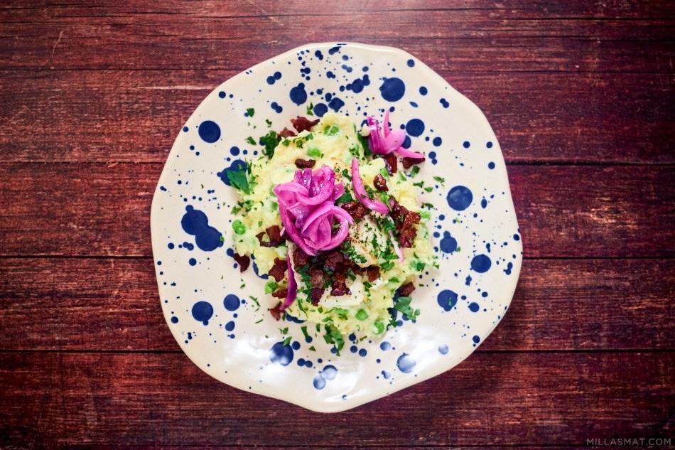 Smørbakt torskeloin med grønn potetmos og syltet løk