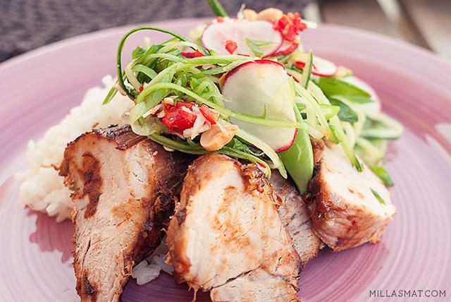 Vietnamesisk sticky-pork med salat og peanøtter