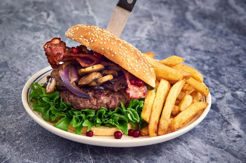 Viltburger med sopp, løk, bacon og tyttebær