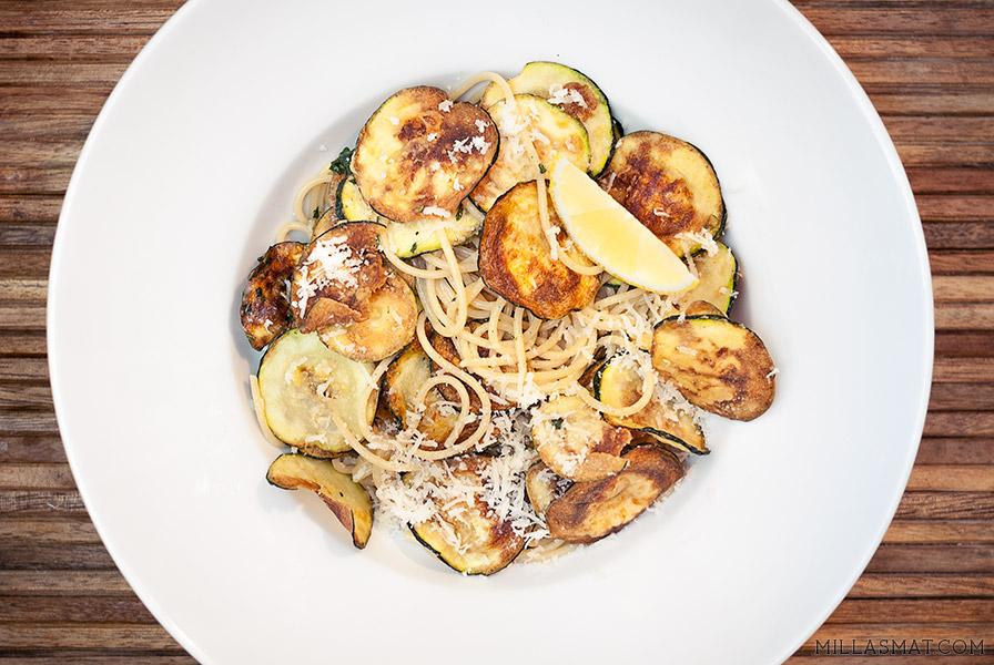 Fritert zucchini og pasta med parmesan