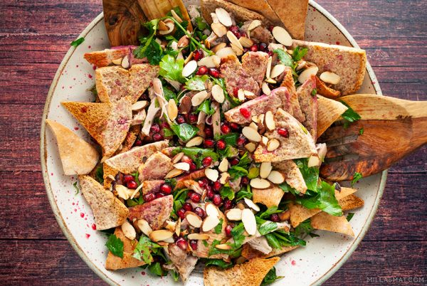 1001 Natt salat med kylling, mandler, granateple og flatpersille