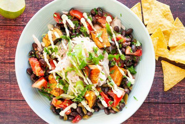 Mexicansk kyllingsalat med bønnesalsa og bakt søtpotet