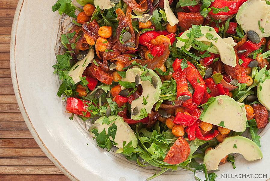 Chorizo og kikertsalat med avocado og gresskarkjerner