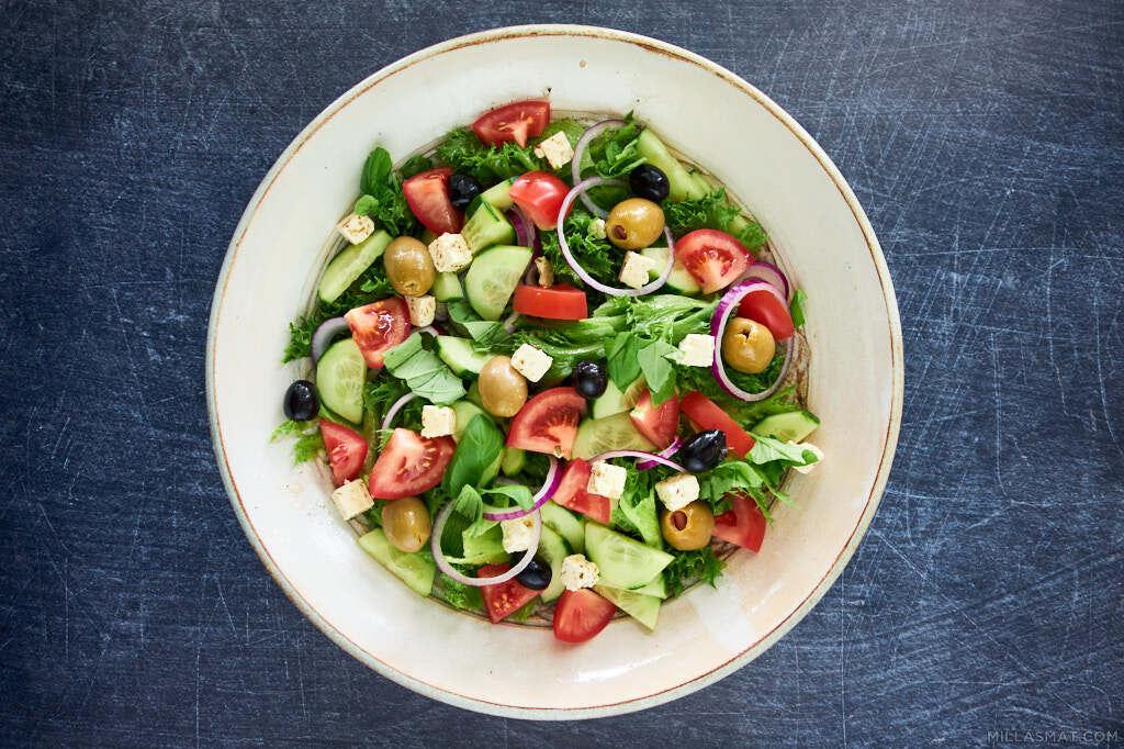 Gresk salat med rødløk og feta