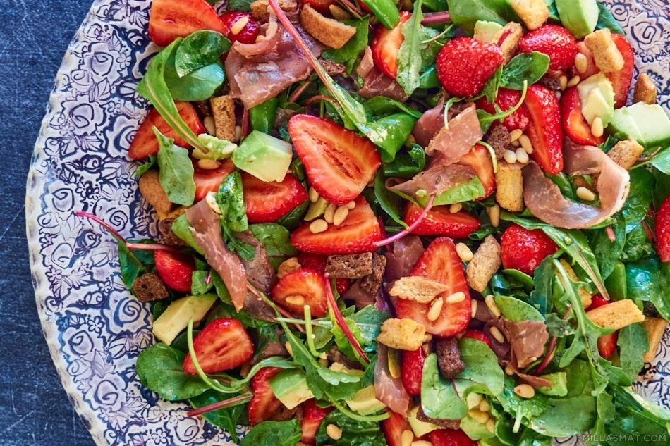 Jordbær og spekeskinkesalat med avocado og ruccola