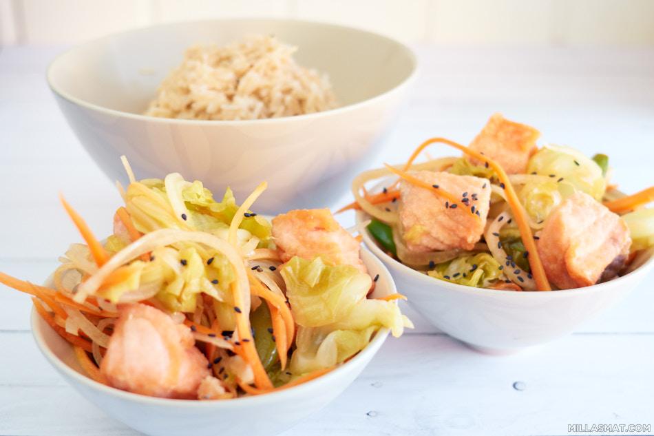Picklet japansk kål og laksesalat