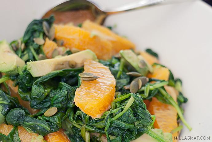 Spinat- og appelsinsalat