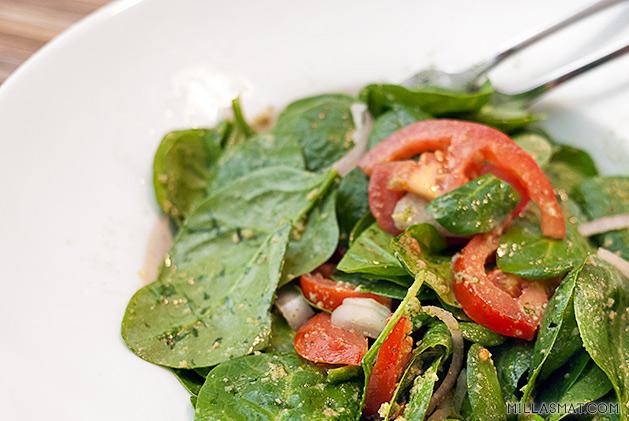 Spinatsalat med peanøtt- og urtedressing
