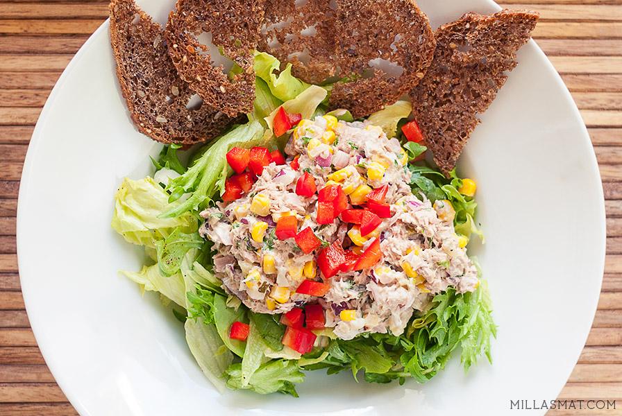 Tunfiskrøre på salatseng med rugbrødchips