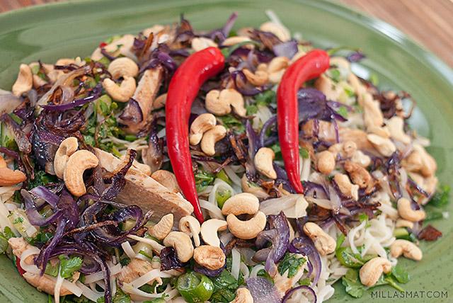 Vietnamesisk andesalat med limedressing og cashewnøtter