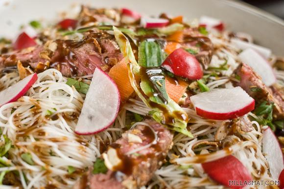 Vietnamesisk risnudelsalat med biff